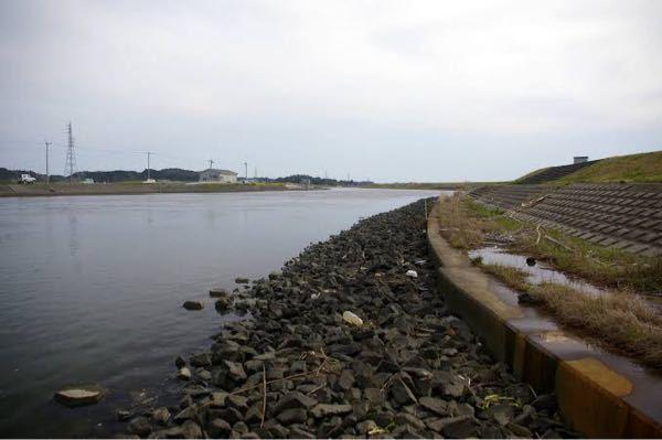 シーバスを岸壁で狙う時、岸壁から何メートルくらいが狙い目ですか? 根掛かりするほどの岸壁ギリギリで食ってきたこともあるし見極めが難しいです。 写真の様に積み石ですが水に入るとガクッと深くなってます。