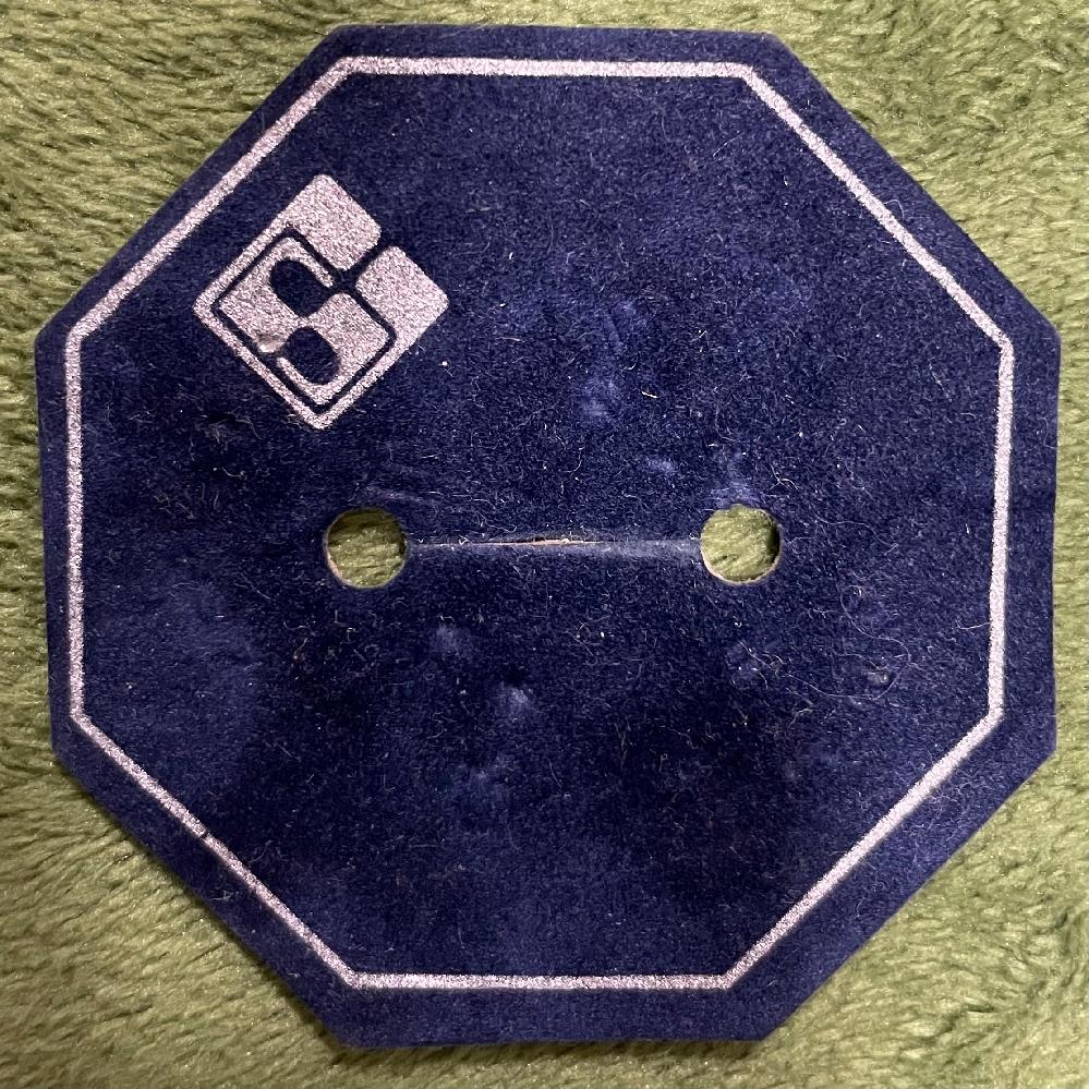 ジュエリーブランド?のロゴマークについて。 亡くなった母が持っていたブローチの台座に、見たことのないロゴが印字されているのですが、このロゴのブランドをご存知の方いらっしゃらないでしょうか…? ご存知でしたらお教えいただけたら大変助かります。 よろしくお願いいたします。