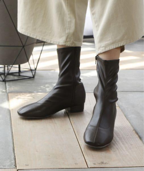 ミドルブーツ(写真のようなもの)を履く時は靴下はどういったのを履くべきですか? スラックスを履くので、どっちみち靴下はみえませんが、靴を脱ぐ機会があるのでどうしたらいいか教えて欲しいです ♀️