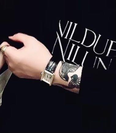 こちらの腕時計のブランドを知りたいです! 画像が小さくてわかりにくいと思いますが詳しい方よろしくお願いします!