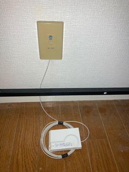 これは光ファイバーですか? 先日、NURO光の申込申請をしました。 まだ賃貸住宅の宅内工事前なのですが、家の電話線のところから光と書かれた配線がされていました。 これは光ファイバーでしょうか?(VDSLじゃないですよね?) 業者が宅内工事に来たときはこの光ファイバーを再利用するのでしょうか?それとも新たに光ファイバーを配線するのでしょうか? 仮に光ファイバーを再利用する場合、一本の光ファイバーを世帯数で分け合う形になるのでしょうか?