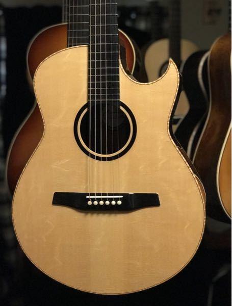 ギターの購入を考えていますが、いろんなギターを見ていたら下の写真のように3ピースのようにみえるトップ板が使われているギターをちらほら見ました。(ギターはマルキオーネです。) 値段の高いギターにもこのようなトップ板が使われていますがサウンド面やギターの強度面等を考慮して意図的に使われているものなのでしょうか? 見た目的にはあまり好みではありませんがもし意味のあるものでしたらこのようなものも良いと思えます。 どなたか詳しい方がいましたら是非とも教えていただきたいです。