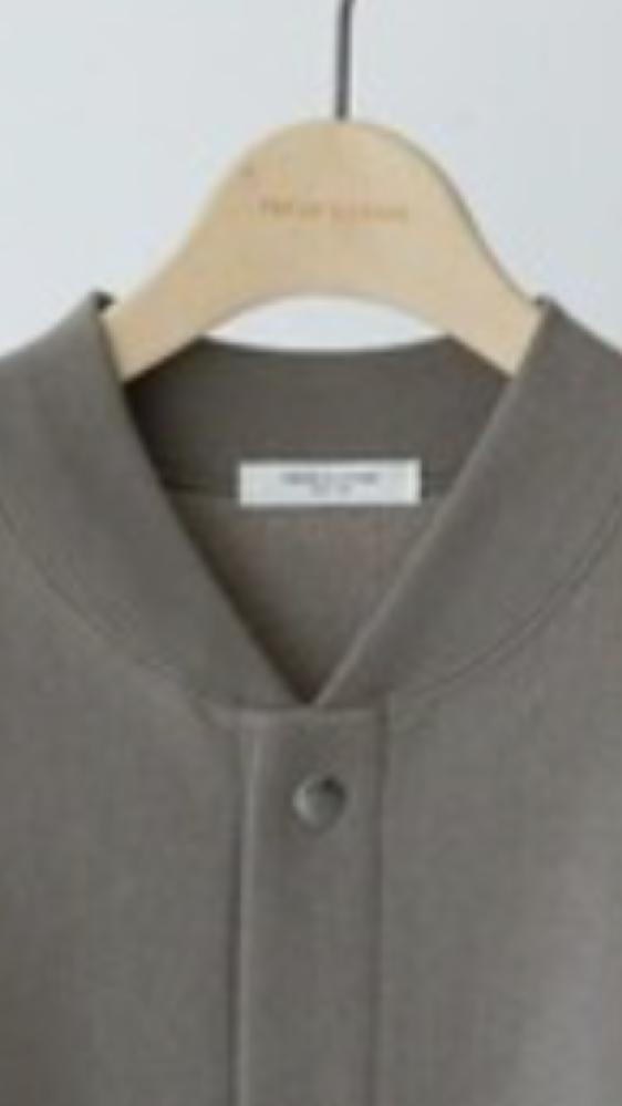 ジャケットふうカーディガンです。このような襟元の上着のインナーにハイネックを合わせるのは変ですか? レディースファッションお洒落
