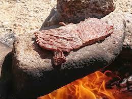 河原キャンプでステーキを焼く予定です。 炭焼きにしようか石焼にしようか迷っています。 どちらが美味しいですか?