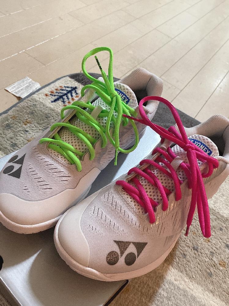 バドミントンのシューズなんですが、どっちの色の方がいいと思いますか??? ピンクとライトグリーンです。