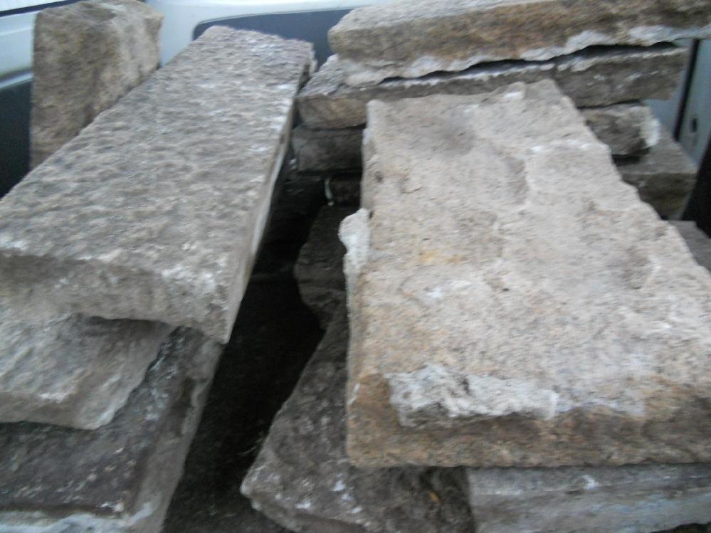 画像は和風の庭で敷石として敷いてあった石ですが何という石でしょうか? もし名前があるなら知りたいので教えて下さい。 分かる方、宜しくお願い致します。