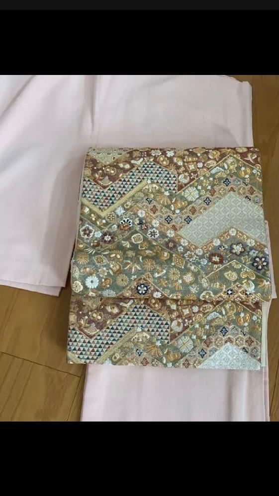 写真の帯は息子の入学式に参加する母として、適切ですか?どのような場面に適切でしょうか? 私は着物に詳しくありません。 宝尽くし模様だそうです。 デザインも素敵だと思ったのですが、宝尽くしという単語?にとてもおめでたさを感じました。