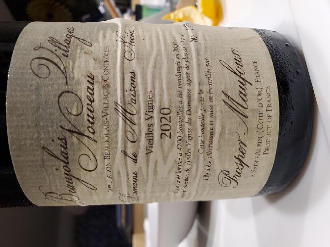 (100枚)友人からワインをいただいたのですが、どういうワインかわからないので詳しい方教えていただけないでしょうか? 2020 フランス ボジョレー ヴァーニューヴィーニュ(古木)ぐらいまではわかりました。 ボジョレーの新酒ならもう飲み頃を過ぎてるだろうし、長期熟成のワインならもう少し寝かせたほうがいいのか。 どうぞよろしくお願いします。 あと大体の価格も分かればお願い致します。