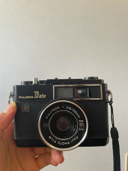 このカメラはフジカデートというカメラになるんですけどフィルムの入れ方が難しすぎます( ; ; )何方かフィルムカメラに詳しい方教えてくださいませんか??