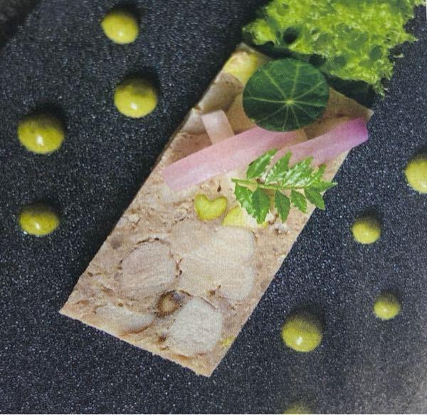 丸い葉っぱの正体を教えてください。 北九州市小倉にあるレストランシャンボールのお料理です。説明には『前菜は「薩摩白美豚」などを使用したパテに和風テイストを加味」と書いてありました。 毎月送られてくるVISAの冊子、10月号に掲載されていました。 パテの上にある丸い葉は何なのでしょう?食べられるものでしょうか?