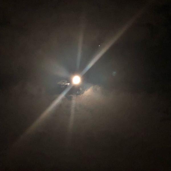 月の右上に輝いている星はなんですか?