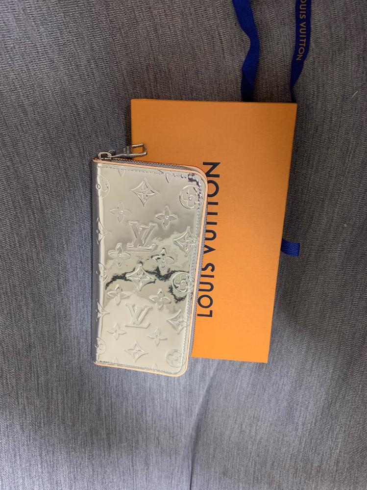 このヴィトンの財布を40代男が持っていたら変ですか?衝動買いしてしまいました。 ご意見をお聞かせください。