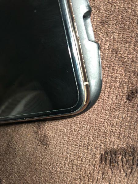 iPhoneを落としてしまい、フローリングの木がメッキと画面の間に入って隙間が出来てしまったのですが、 docomoに持っていったら修理と交換どっちの確率が高いと思いますか?よろしくお願い致します。