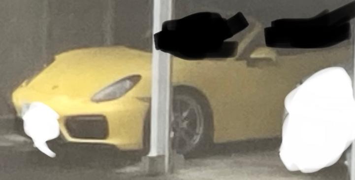 この黄色いスポーツカーは何?
