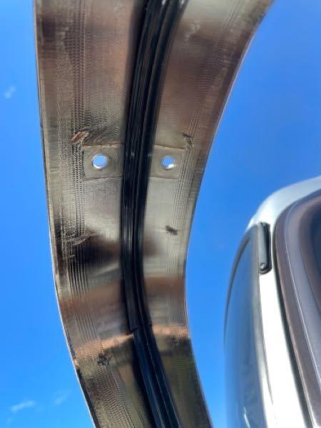 ミラーカバーの固定方法について トラックにミラーカバーを取り付けたのですが、 両面テープだけだと心許なく、 ネジで固定したいです。 上部に穴が空いているのですが、 この場合どのようなネジで止めたらいいでしょうか