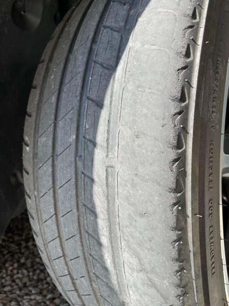 お世話になります。 タイヤ交換そろそろですか? まだいける、 もうかなり危険、 今すぐ交換 など、教えて欲しいです。 よろしくお願い申し上げます。 ちなみに前後でタイヤの幅が違うのでローテーションできません。 また、クルマ特性により内べりするらしいです。