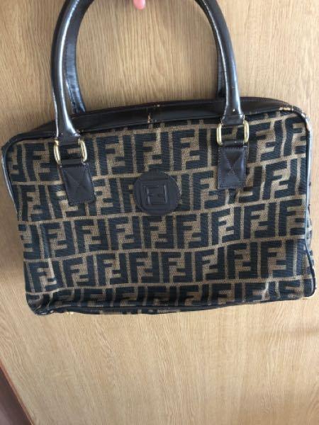 こちらのFENDIのバッグのデザインの名前、型の名前や型番をご存知の方がいましたら教えてください。