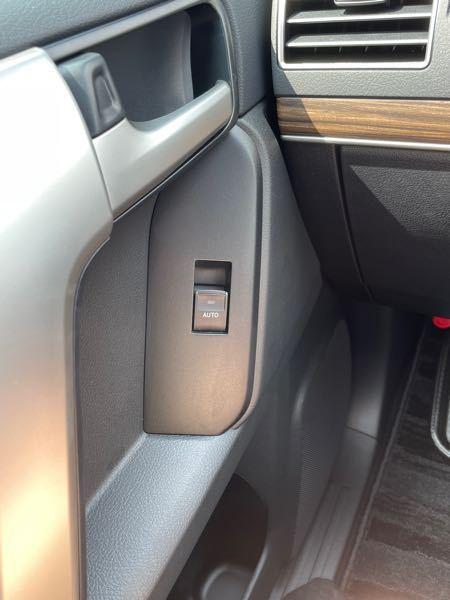 車の開け閉めボタンの、プラスチック部分?に汚れがついてしまい、クレンジングシートで拭いたところ少し白っぽく浮きました 色落ちしたのでしょうか? 新車で一日目なのですが、交換しかないのでしょうか? 右下辺りと、左上あたりの、色が変わってしまいました早急に対処方法お願いします、、、