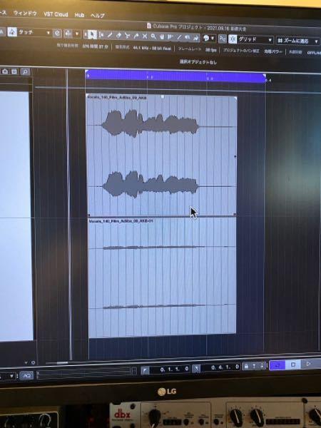 Cubase pro11を使用しています。 インプレイスレンダリング機能を使って、オーディオを一旦別トラックに書き出して波形の状態がどうかわっているか確認しようとしています。 インプレイスレンダリングで書き出したオーディオを書き出していないオーディオイベントと比較すると音量は大きく変わっていないのに、波形の表示が小さくなっています。 書き出す前>書き出し後 といった感じで波形を見比べようにも波形の大きさ(音量は同程度です)があまりにも違うため比較がし難いです。 右上のスライダーで波形を大きくすると全てのオーディオファイフの波形が大きくなってしまいます。 インプットのレベルやゲイン、フェーダーなどの操作は何もしなければ波形の大きさどおりの音量がなると思っているのですがそもそもそこを何か勘違いしているのでしょうか? ①波形の大きさを揃える方法 ②波形の大きさ=音量 上記の2点に関して疑問に思っています。 どんな情報でも良いのでアドバイスやツッコミ等いただけるとありがたいです。よろしくお願い致します。