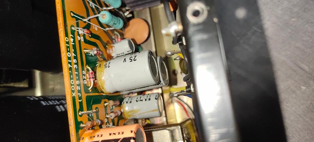 これはコンデンサが液漏れしている状態でしょうか? 電解液はこの様な色になるのでしょうか。 接着剤が劣化したものと見分けが付きません。