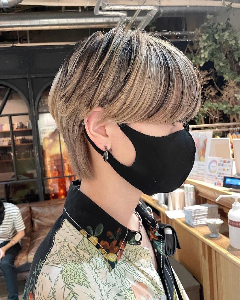 今金髪なのですが、この写真のようなメッシュカラーにするには1回全て黒に染めてからゴールドを入れるのでしょうか。ちなみにセルフでやろうと思ってます。