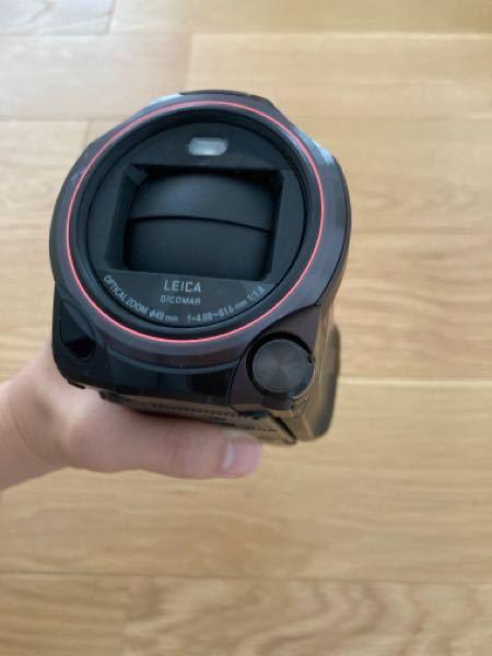 ビデオカメラにつけるレンズガードについて質問です! レンズガードってこのレンズを守っているシャッター部分(電源を入れたら開き、切ると閉じる部分)の上につけるのですよね? そのままポーチに入れたら、レンズガードがポーチの埃がついたり、傷がつきまくりませんか?