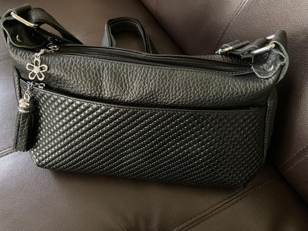 こちらのバッグのブランドがわかる方、いらっしゃいませんか?