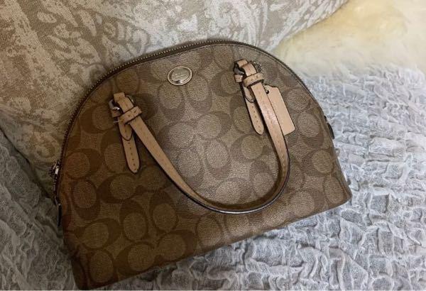 ショルダーバッグの名前についてです。 写真に載せている形のバッグの種類、名前を教えて頂きたいです。 この形のバッグを探しているのですが名前が分からないため検索できず、教えてくださると助かります。