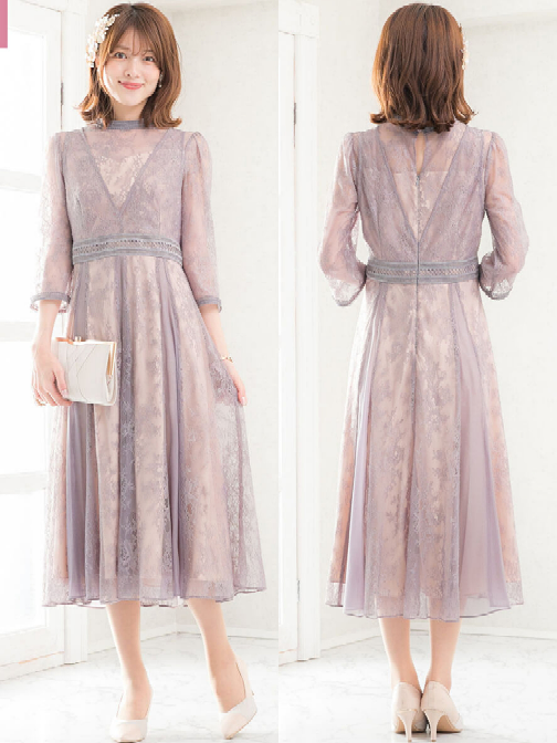 このドレスを結婚式に着ていくのはどう思いますか? 10月末に友人の結婚式に参加します。 式は昼頃の予定で、私は受付も担当します。 首の後ろが少し空いてるのですが、これくらいの露出は許容範囲でしょうか? また、移動中や式場で羽織るとしたらどんな物が良いと思いますか? ご回答お願い致します。