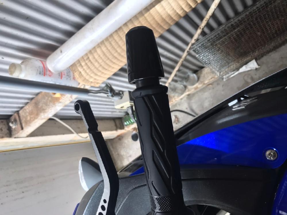 先日、バイクを右側の壁にもたれかかるような形で倒してしまったのですが、写真のようにグリップとバーエンドの間に微妙な隙間が出来てしまいました。 バーエンドが外に飛び出してしまったのかと思ったのですが、ネジもしっかり締まっていてこれ以上内側に入りません。 どなたか解決策を教えていただけませんか? 車種はGSX250Rです。
