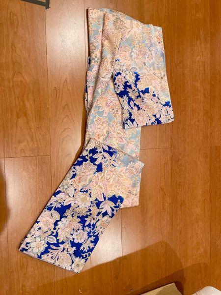 この小紋のような付け下げのような縮緬の着物にあう帯はなんでしょう。 一目惚れした着物なのですが、秋にどのように着ようか悩んでおります。 柄はくすみピンクの縁取り。 無地のグレーの帯などは、場違いですか?