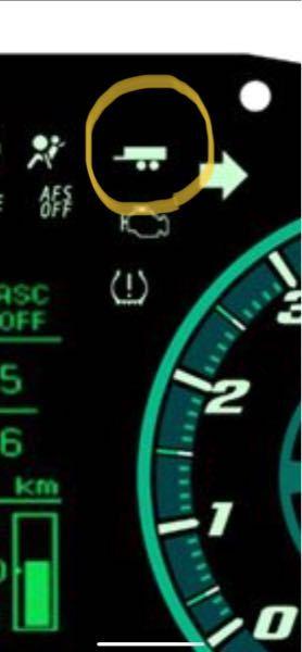 これってなんの警告灯ですか? 三菱デリカD:5に、点灯こそしないと思いますが、実車のメーターにはうっすらと見えます。調べてもわかりません。 どなたか教えてください!
