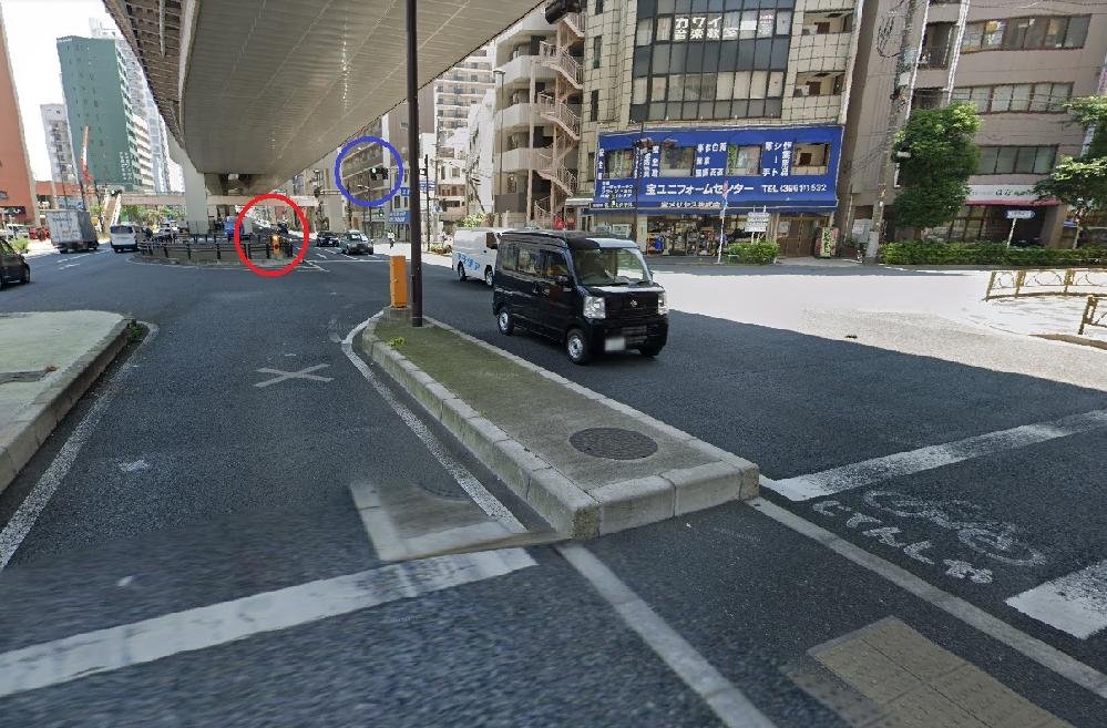交通ルール。右折について。赤丸は常に上下で黄色点灯しています。青丸の信号は右折の矢印(→)が出ますが。この場合、右折の矢印が表示されないと右折してはいけないのでしょうか。 横断歩道前で矢印が出るまで停止していたら後ろの車から鳴らされました。