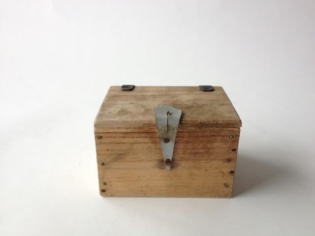 こんな感じのアンティークな小さな木箱が欲しいのですが、どこで売ってますか? 通販という回答は無しでお願いします。できれば店舗で実物を見たいので。