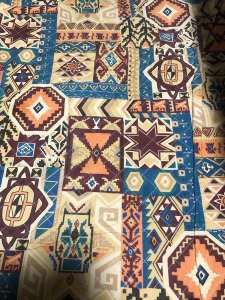 写真のような柄の正式名前はありますでしょうか? 色々と調べてみたのですがこのような柄がヒットする名前を見つけられませんでした。 ちなみにこれはカーペットの柄です。 よろしくお願いします。