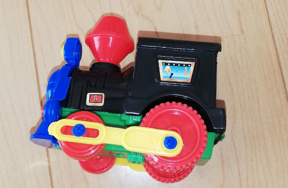 汽車ポッポの玩具の画像ですが、前後の車輪を繋ぐように取り付けてある金具(黄色の部分)はなんのためですか? また、汽車は何故車輪の大きさが異なるのですか?