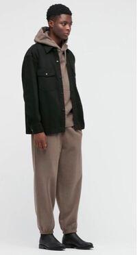 至急)画像のユニクロの黒のデニムジャケットにはどんな色・種類のパンツが合いますか? インナーは白tシャツにします。