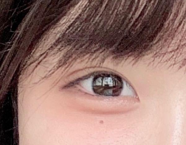 私は写真のように瞳が真っ黒です。ですので茶色いカラコンを付けると浮いてしまうため、色素の薄い目になることは諦めました。 私に似合う黒いカラーコンタクトで自然に盛れる物を教えて頂きたいです。 清楚でちゅるんとした瞳になりたいです!