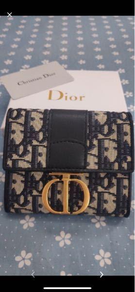 こちら購入しようと思っていたDiorの財布ですが、色々なネット通販や公式オンラインなどで 調べたのですがこちらと同じ商品が全く無くて もしや存在しないのでは?と不安になり、 質問しました。どなた...