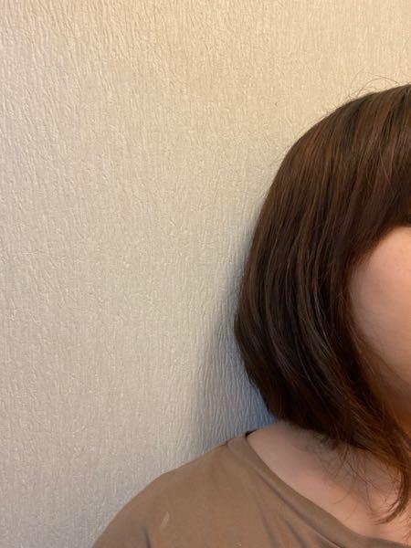 髪質改善トリートメント後のパーマについて 5月末頃に髪質改善トリートメントをやりました。 ヘアアイロンを使っていたので、縮毛矯正のような感覚でしたが、もう改善後の効果を全く感じられなくなりましたので、2日前に美容室に行きました。 今度はパーマにしたいと伝えたのですが、 5月ごろに髪質改善やっているので、パーマはかからないかもしれない、かかってもすぐ取れる。と言われ、 クルクルのパーマにしたかったのですが、大きめのカールにしとくね、と言われました。 結局、その日家に帰るとすでにカールもほとんど取れており、 せっかく美容室に行ったのに、とがっかりしております。 私が髪質改善後にパーマをかけたいと思ったのが行けなかったのでしょうか? 知識のない素人では、クリクリのパーマにしていれば、多少取れてもゆるいパーマ風になったのではないかなと思っています。 どなたか詳しい方教えていただけないでしょうか?
