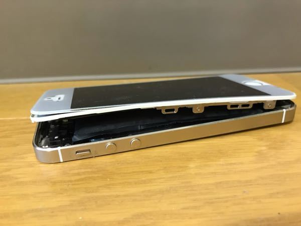 至急教えてください。 iPhoneユーザーです。以前iPhone5sを使っていて5年程引き出しにずっと閉まっていたのですが、久しぶりに見たらこのような状態になっていました。 今にも爆発しそうな感じです。 もう使うことはないのでバッテリーだけでも破棄したいのですが、早急にバッテリーを外した方がいいでしょうか? 爆発して火事にでもなったらと心配です。 どなたか詳しい方がいらっしゃったら教えてください。