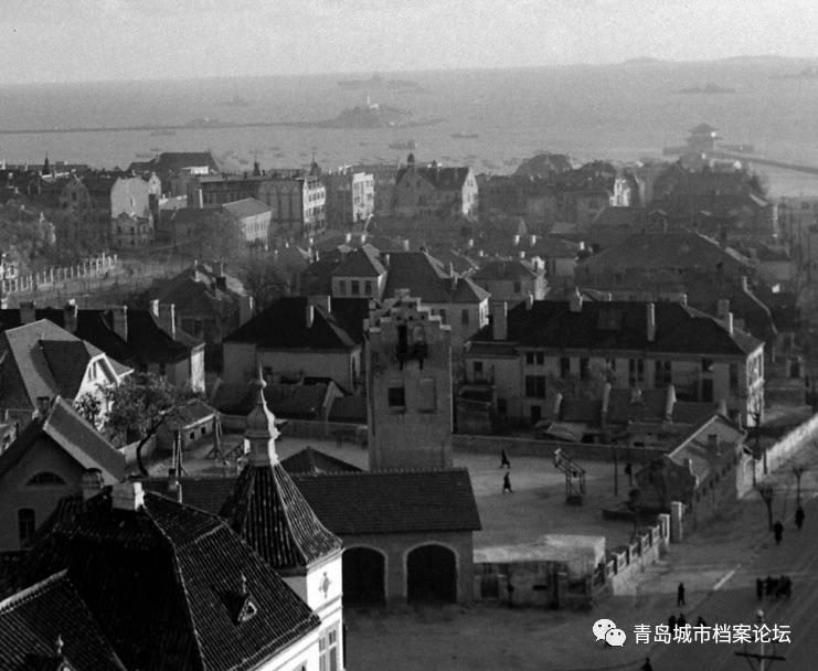 1945年10月,国民政府成立青岛市警察局消防队,下设市南、台东、沧口3个分队。市南消防队的地址还是曲阜路4号。 1946年的曲阜路、浙江路交界,可看到曲阜路消防队的全景。(源自美国《生活》杂志记者卡尔•迈丹斯)。 青岛解放后,1949年6月3日,青岛市公安局成立消防队,下设市南、市北、台东、沧口4个分队,此处成为了新中国的青岛市市南区消防队,门牌号也从曲阜路4号改为了浙江路13号。 1986年,天主教派前,训练归来的消防队队员 1986年,浙江路消防中队前的消防车 この文章を日本語で翻訳して欲しいです、宜しくお願いします。