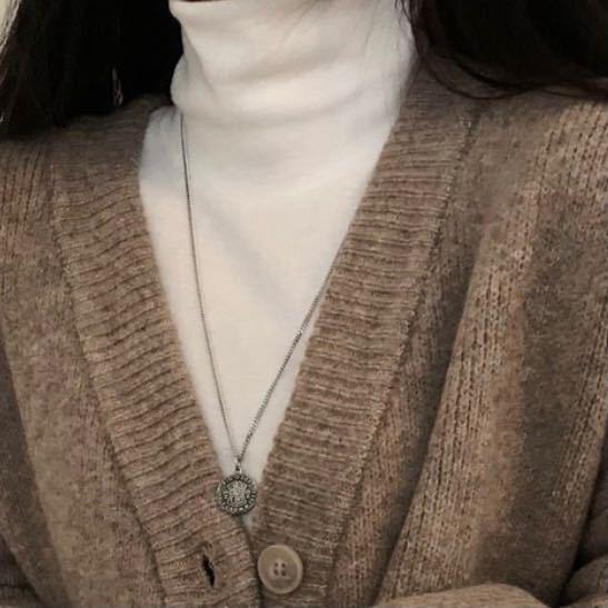 画像だけではわかりにくいかもしれませんが、 このような素材のハイネックのトップスはどこに売っていますか? 韓国系ブランドで探してたんですが、ニット生地しか見つかりません。