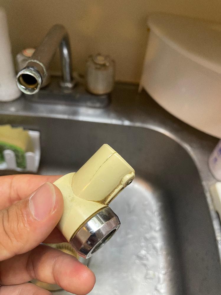 蛇口の先端の部分のプラスチック部品が入居した時からひび割れしていて、普通で使う分には大丈夫なのですが、浄水器を取り付けると割れ目から水が漏れてしまって、まともに使えません。 そこで2点お聞きした...