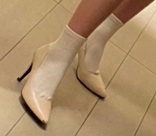 こういったヒールやパンプスに合わせる靴下を探しています…!おすすめを教えてください!