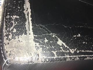 ソファーの表皮がぼろぼろ剥がれます。メーカーはニトリです。材質は本革(お店での表示) これは皮がダメになっているのか、塗料が剥がれているのか分かりますか?