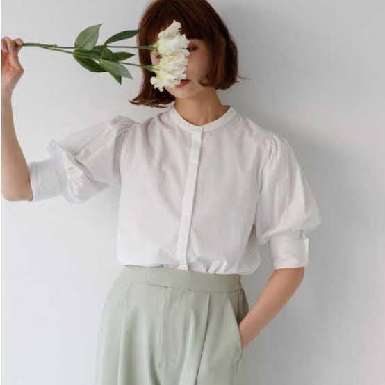 至急お願いします!! スタバで勤務されている方に質問です! このような服はOKでしょうか? 店舗では、スタンドカラーシャツであればOKとはいはれていますが不安です。お願いします( ; ; )