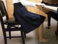 私は(であ)先生に裸足でペダル弾くのは頭隠して尻隠さずと指摘されましたが 自宅アパートで靴は履けません。この写真の方は素足ですがどう反論されますか? ピアニストでもシフトペダルの左足は必ずしもシフトペダルに位置に構えてませんがそれによって演奏に支障が出ると仰いましたね。重心は違う所にあると思います。 著名ピアニストは左足をぶらぶらさせていました。よって重心は お尻と感じますがどうですか?左足...