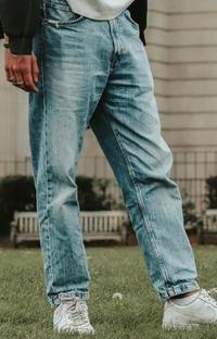 この人が履いているジーパンのブランドと型番わかる方いたら教えて下さい!