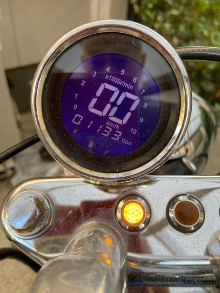 ホンダジャズの中古車を購入したら、 写真の様なメーターでした。 ガソリンの残量が分からないのですが、 少なくなると何か表示が出るのでしょうか? ご存知の方おりましたら教えて下さい m(_ _)m